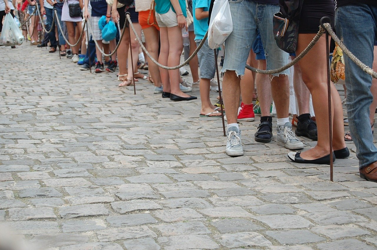 people waiting in line - change to virtual line