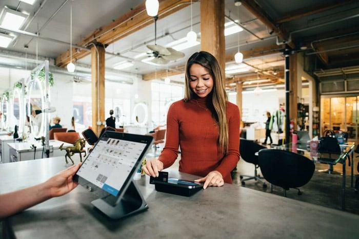 woman-transaction-store